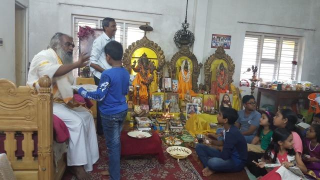 uitdeling boeken Shanti na Navaratie 1